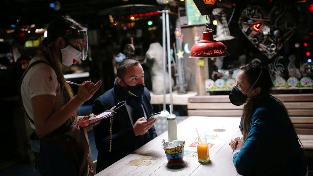 Un estudio revela que la mascarilla reduce de manera determinante el contagio en espacios cerrados