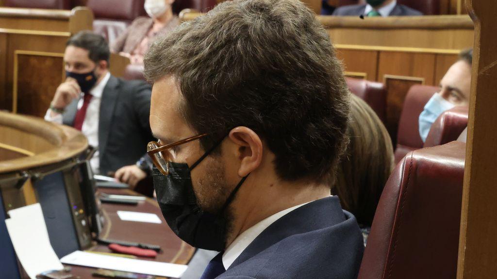 Casado asiste al debate de la moción de censura de Vox marcado de cerca por Santiago Abascal
