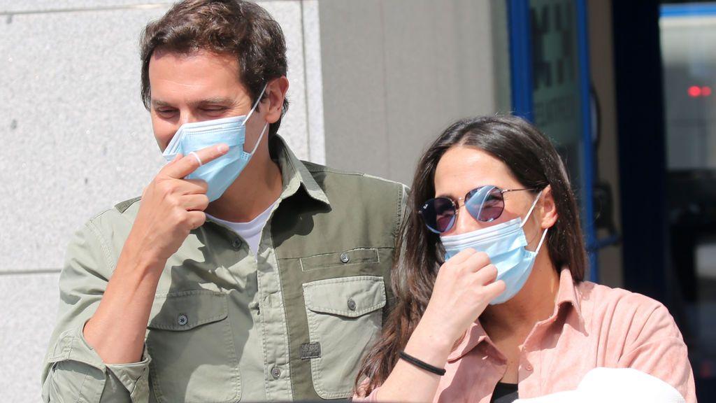 Mantita rosa y sombrilla azul: detalles del paseo callejero de Lucía, la hija de Malú y Albert Rivera