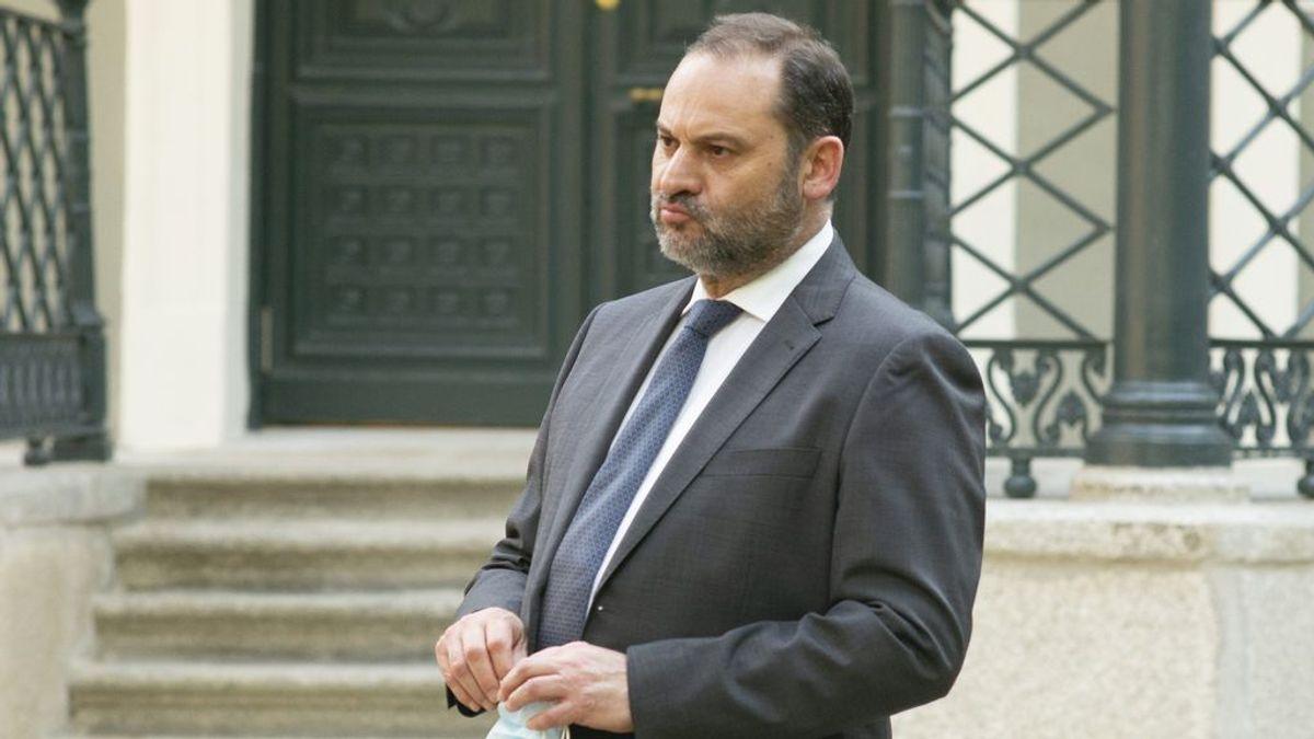 El ministro Ábalos se disculpa por fumar en el Congreso sin distancia social y acusa a Vox de la filtración