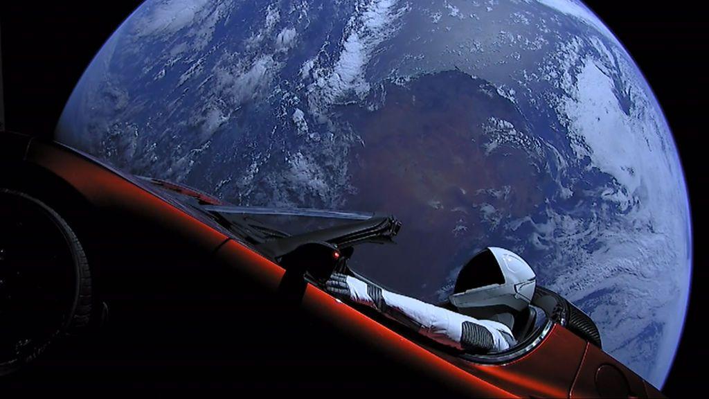 Starman pasa 'cerca' de Marte en un Tesla rojo
