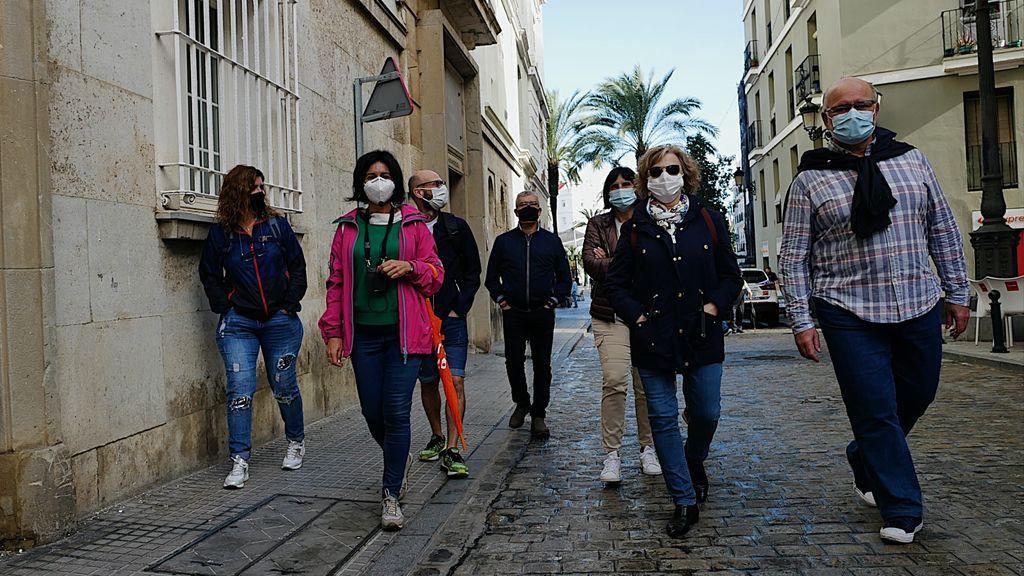 Rocío, de rosa,  y su grupo de turistas, paseando por Cádiz
