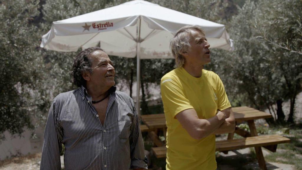 Carlos le enseña a Jesús Calleja el nicho que tiene preparado en su jardín para cuando se muera