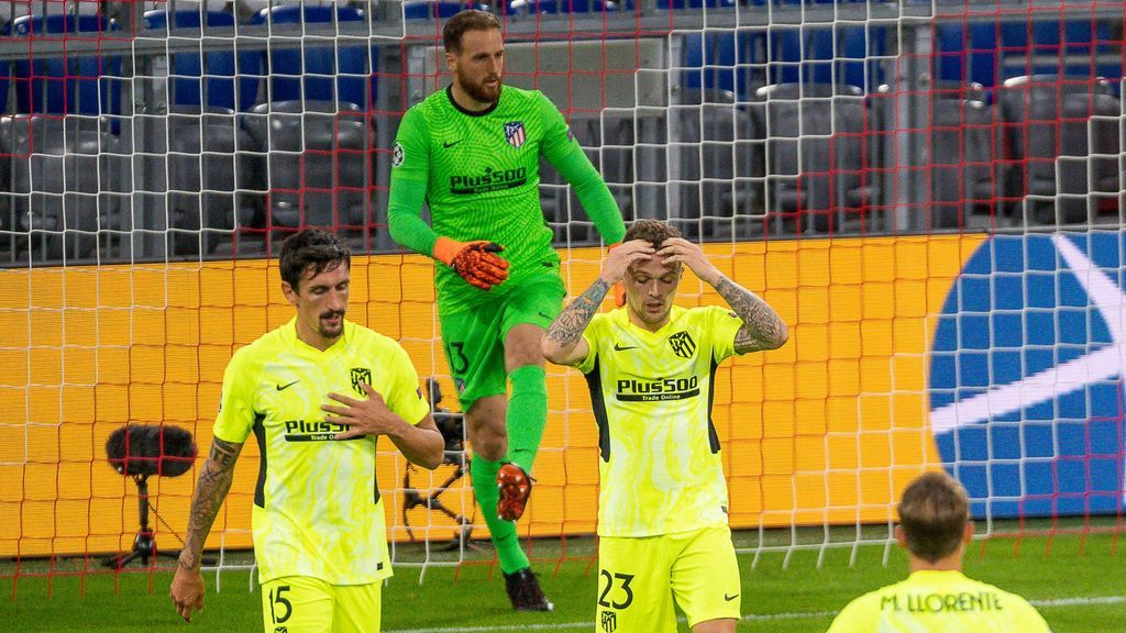 Los jugadores del Atlético, tras encajar un tanto ante el Bayern.