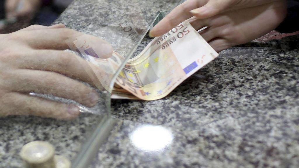 OCU denuncia el cobro de comisiones bancarias a los clientes por sacar dinero en ventanilla