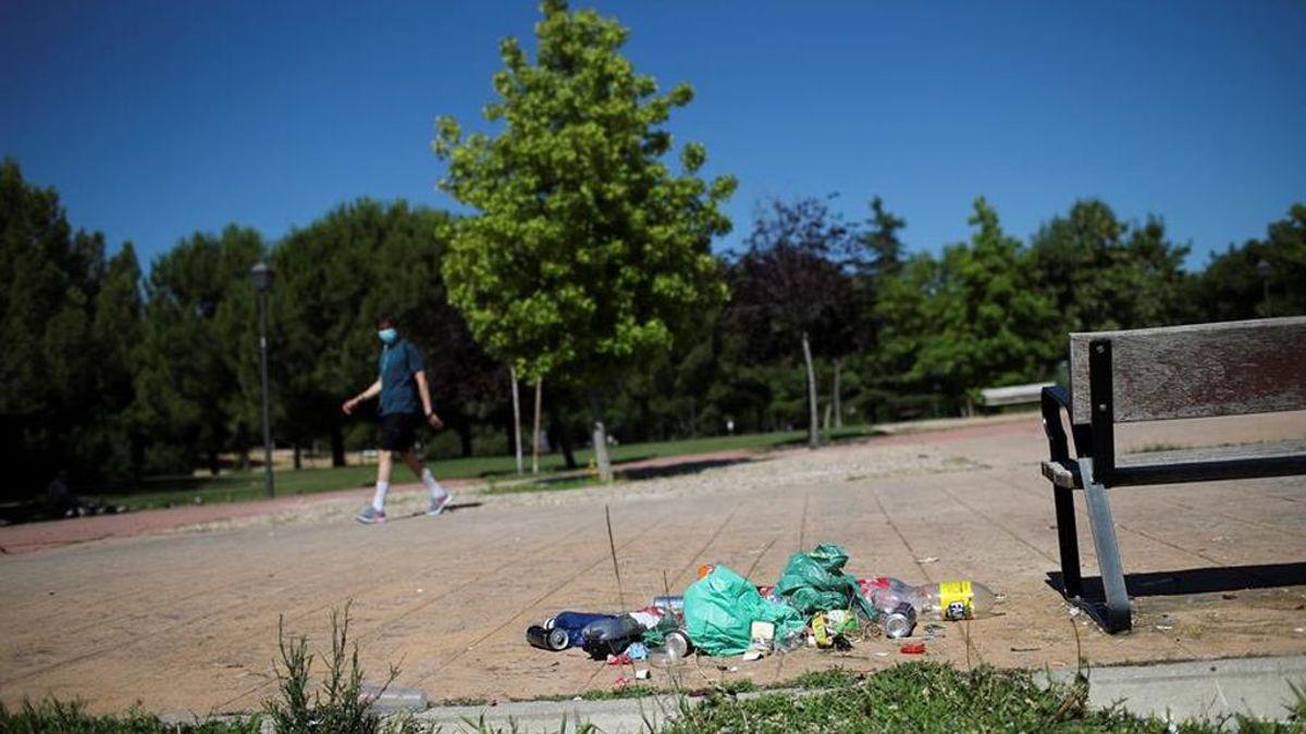 Restos de botellón en un parque de Madrid