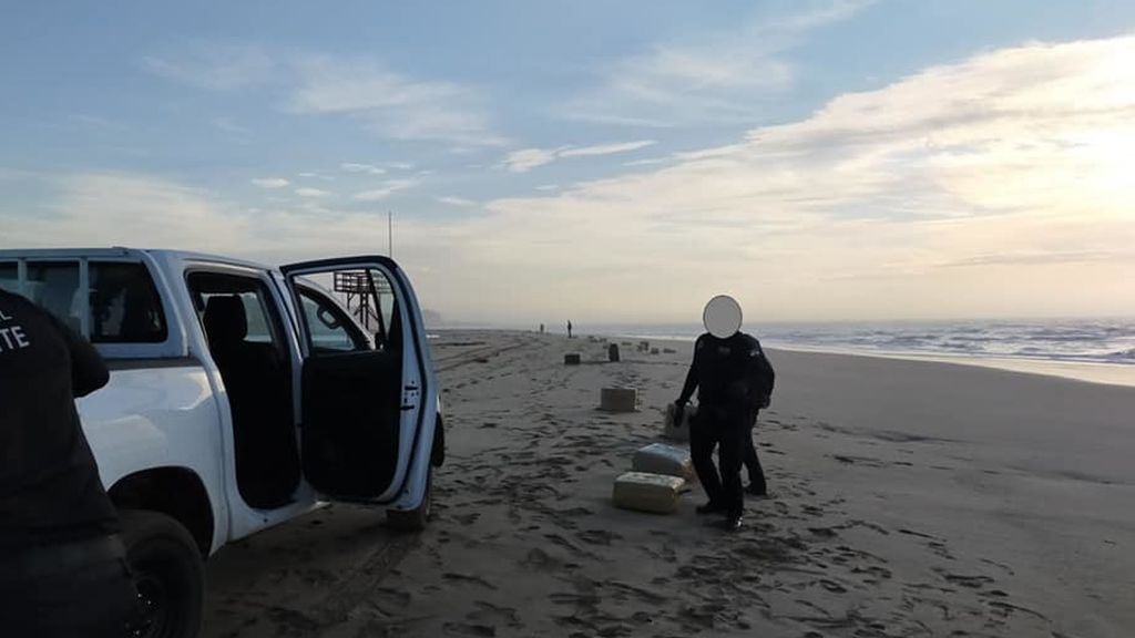 La borrasca Bárbara siembra de fardos de droga una playa de Huelva