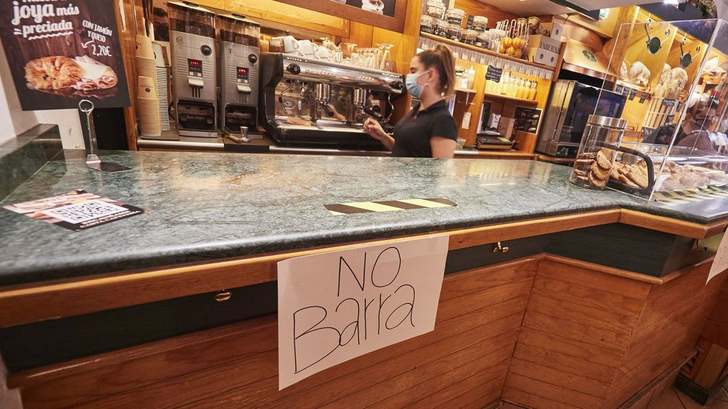EuropaPress_3388909_camarera_cafeteria_taberna_pamplona_prepara_cafe_llevar_dia_entrado_vigor