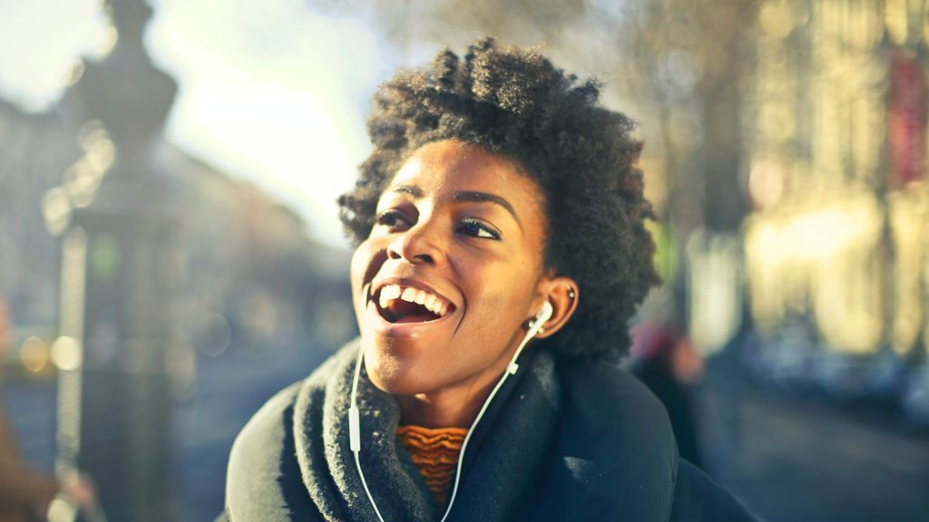 Chica escuchando música