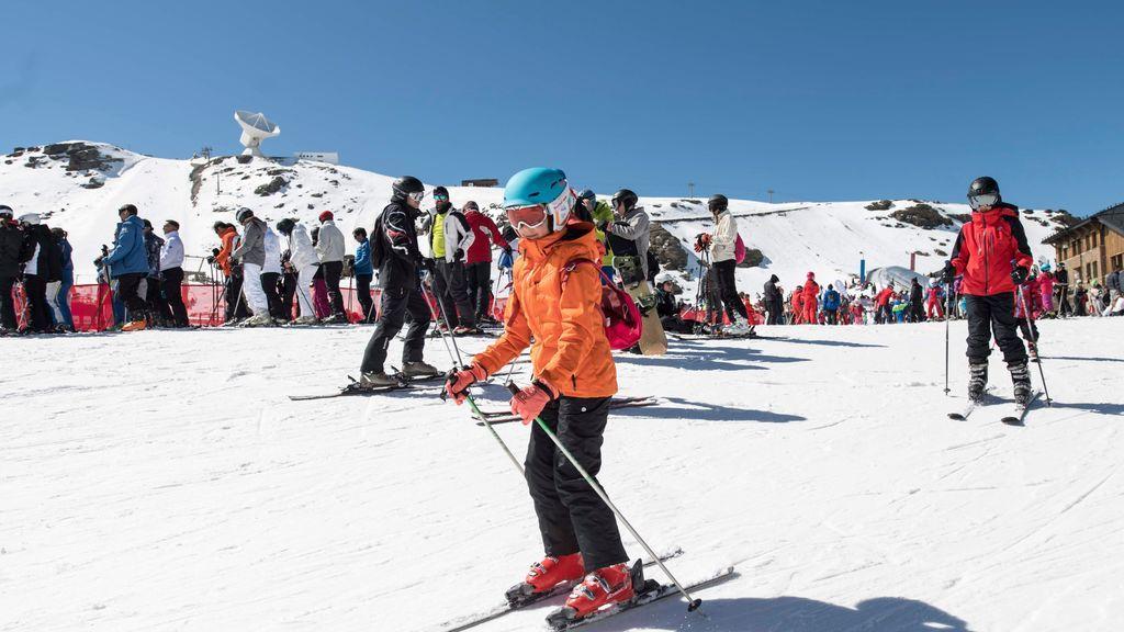 Casco, esquís y mascarilla: Sierra Nevada presenta su protocolo Covid para la temporada invernal