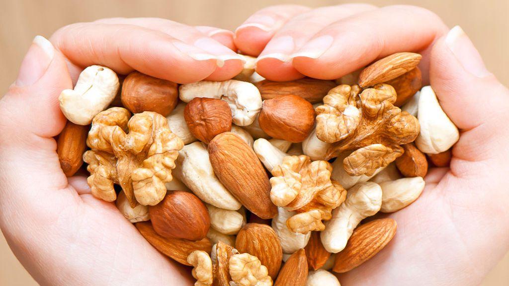 Ideales contra el acné y una fuente de vitaminas: estos son los beneficios de los frutos secos para tu piel.