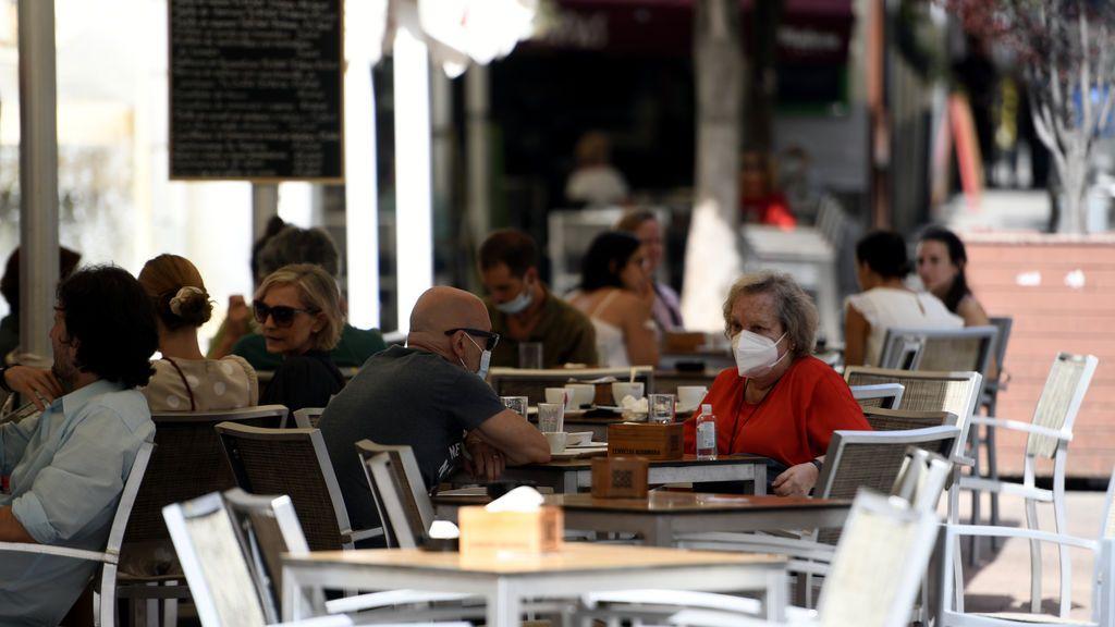 Obligatorias en los bares y para hacer deporte: Andalucía endurece el uso de las mascarillas: