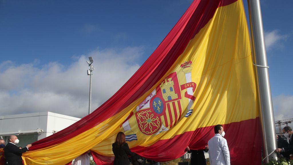 Críticas al izado de la bandera de España de 75 metros cuadrados en Madrid