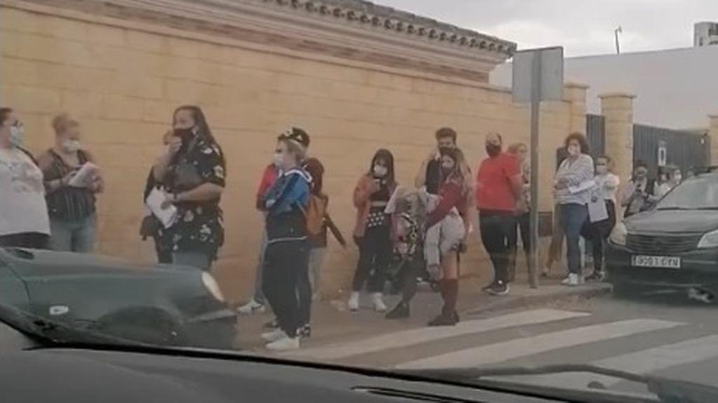Colas kilométricas, cientos de personas currículum en mano y horas de espera en Jerez