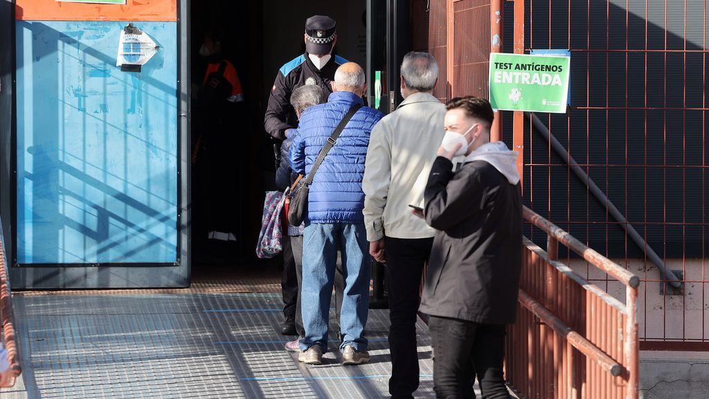 EuropaPress_3382207_agente_policia_municipal_comprueba_identificacion_varias_personas_esperan