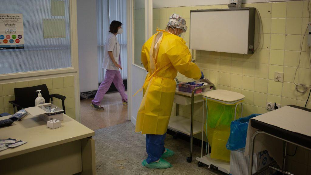 Una auxiliar de enfermería de un hospital de Ferrol se contagia de nuevo tras haber pasado la covid-19 en abril