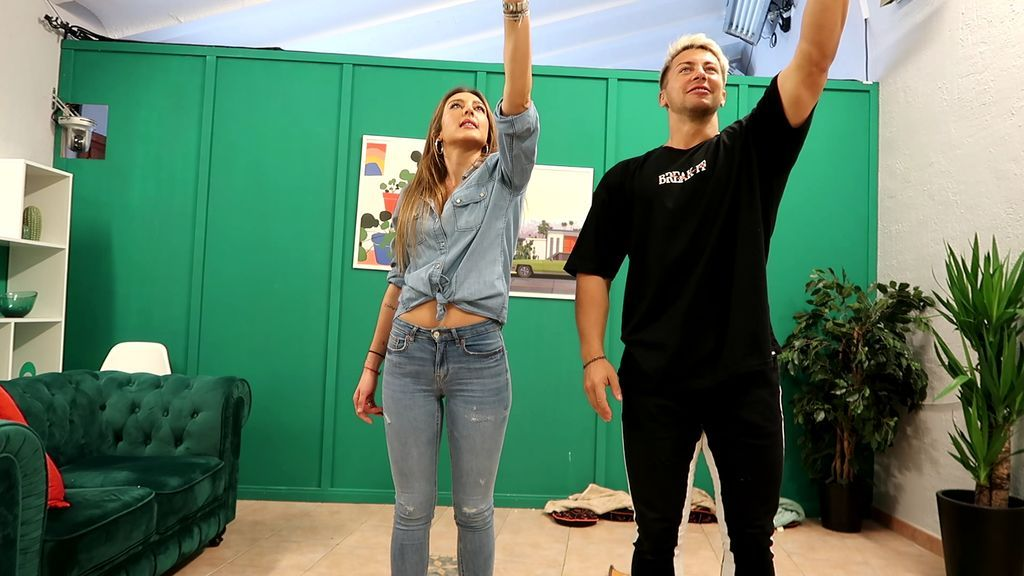 Carmen enseña a bailar sevillanas