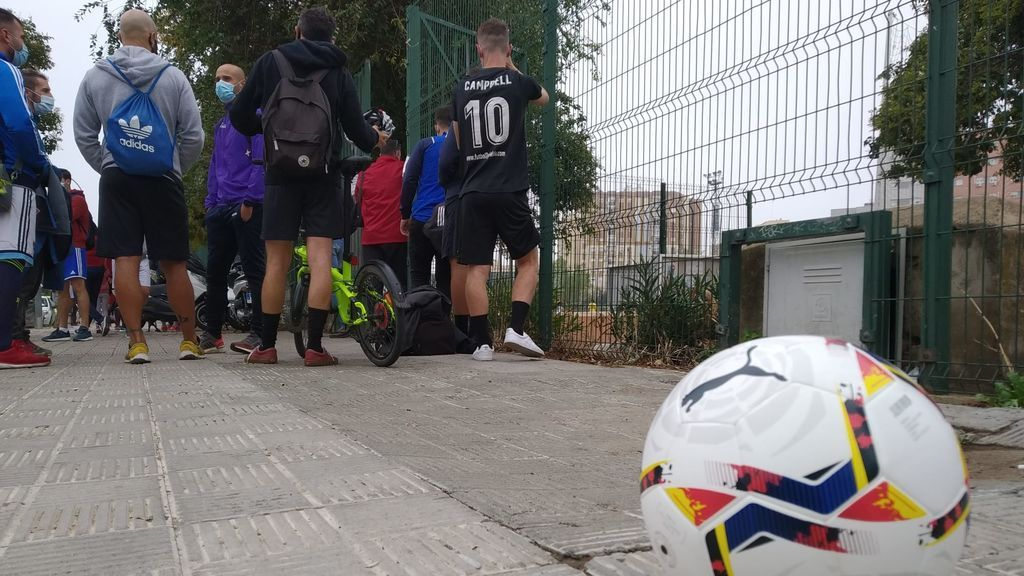 """Jugadores de fútbol amateur: """"Nos están obligando a aprender a jugar al pádel, que es de cuatro"""""""