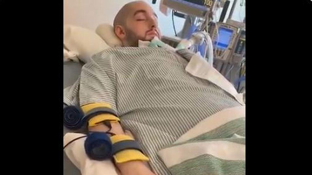 Sufrió un grave accidente de coche en 2005 que le dejó en coma. 15 años después ha reaccionado a la voz de su tía moviendo la mano