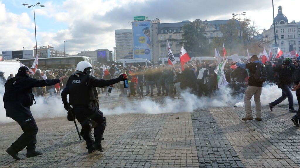 Cargas policiales en Polonia contra manifestantes en contra de las restricciones por covid