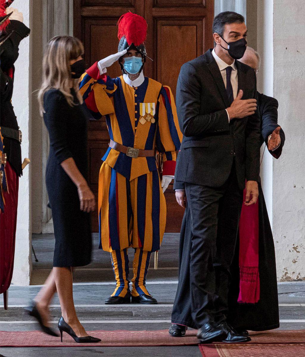 Pedro Sánchez y su mujer, Begoña Gómez, llegan al Vaticano