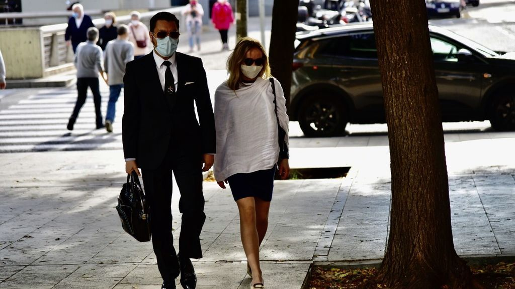 La esposa del productor de televisión Josep Maria Mainat, Ángela Dobrowolski, ha llegado este domingo sobre las 10.10 horas a la Ciutat de la Justicia de Barcelona,