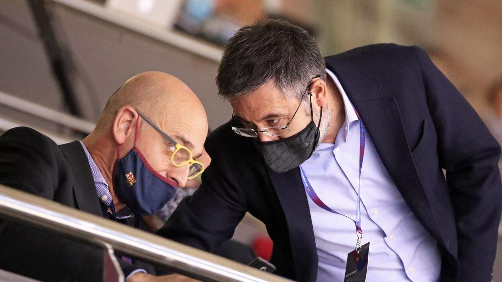 Bartomeu habla con un directivo durante un partido de la Euroliga.