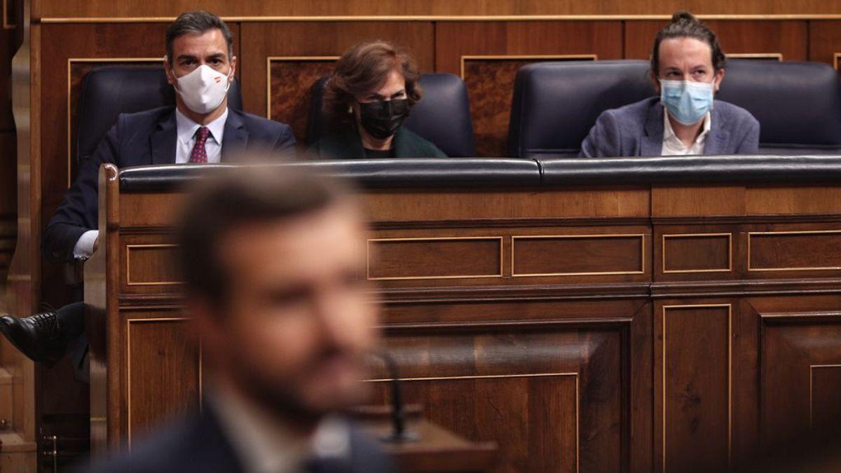 Pedro Sánchez observa a Pablo Casado desde el banco azul del Congreso