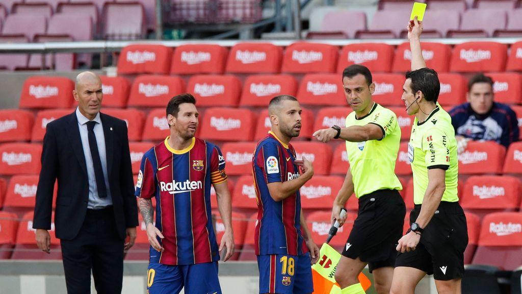 Martínez Munuera saca tarjeta a Jordi Alba por protestar el penalti de Lenglet a Ramos.