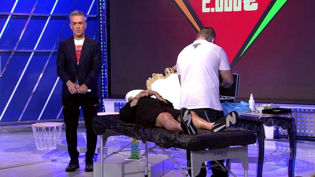 Chelo Gª Cortés acepta el reto y se hace un piercing en directo