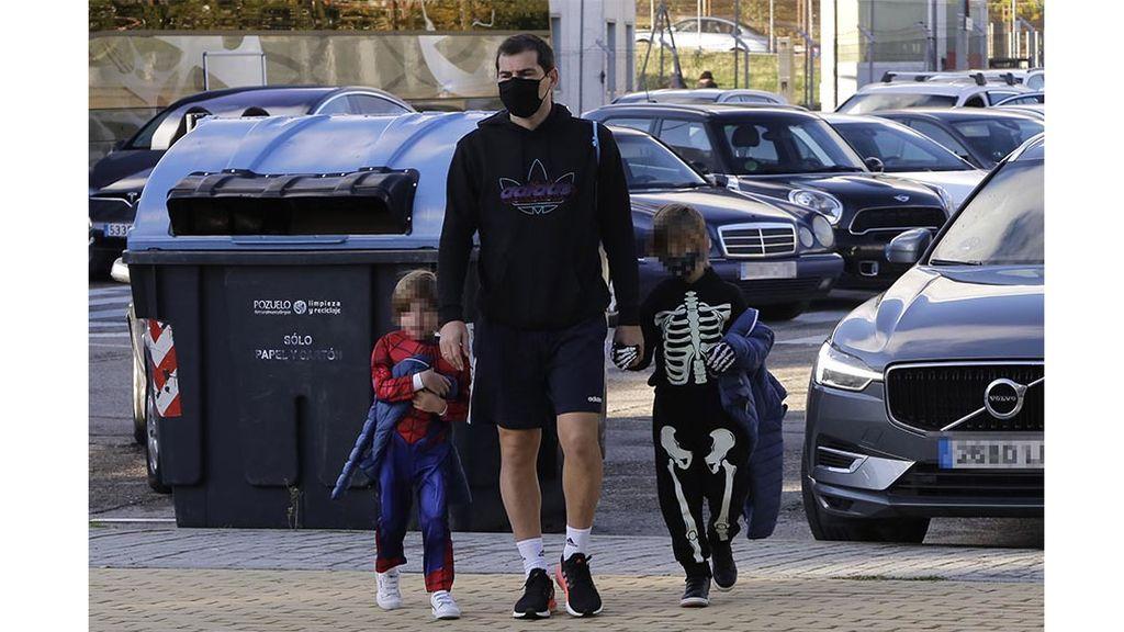 Íker Casillas lleva a sus hijos al colegio