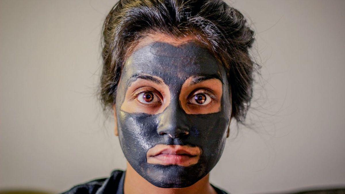 Una chica se hace una mascarilla casera facial con cúrcuma y se convierte en Pikachu