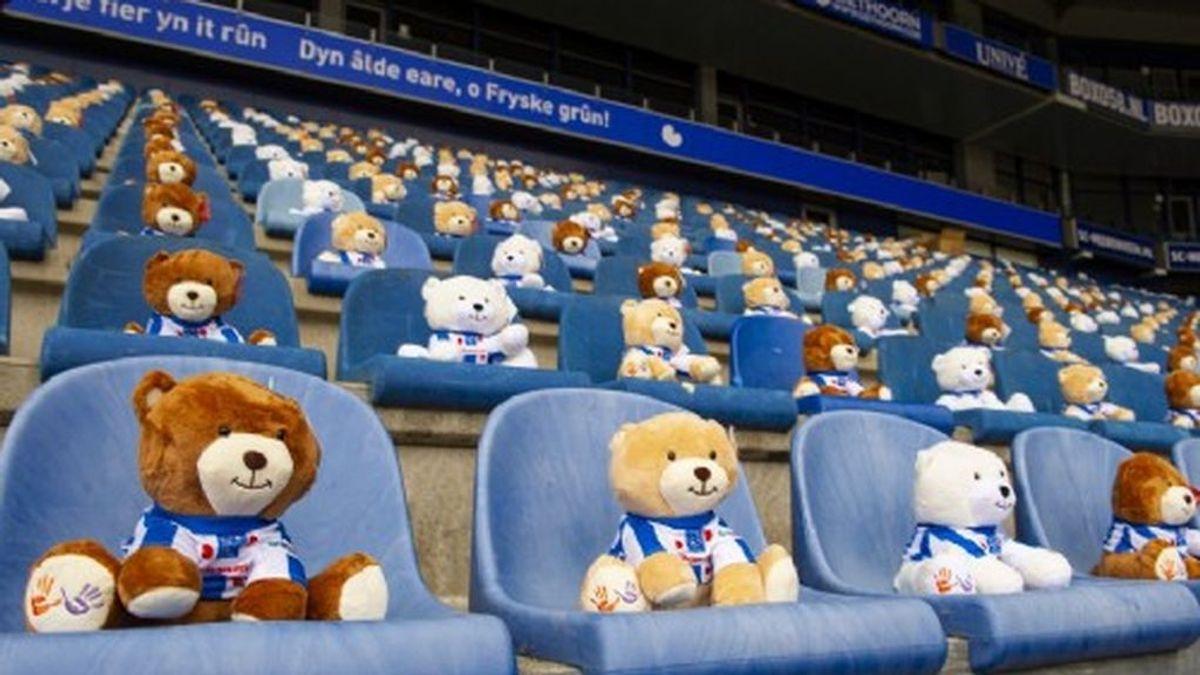 Ositos de peluche en las gradas de un estadio