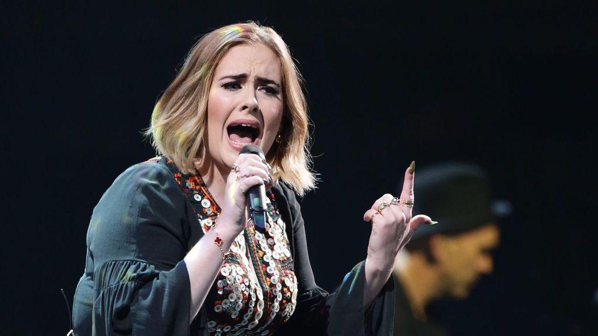 """Adele bromea sobre su pérdida de peso en Saturday Night Live: """"Tenía que viajar más ligera por el covid"""""""