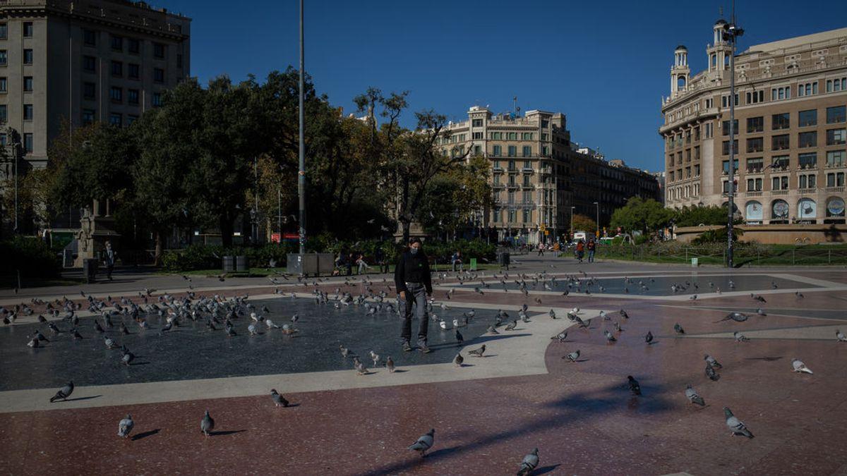 EuropaPress_3398345_mujer_camina_plaza_cataluna_primera_manana_despues_toque_queda_barcelona