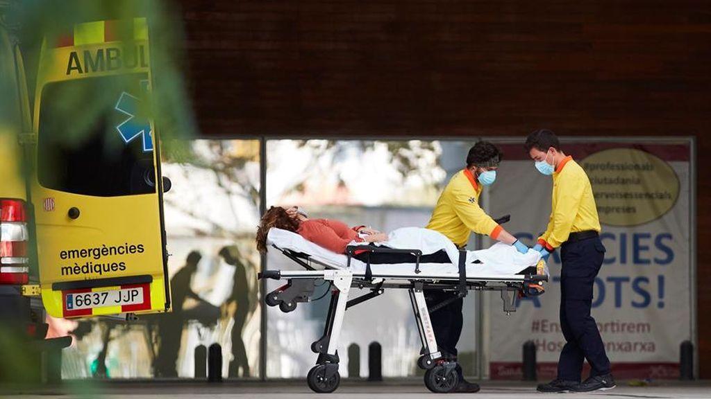 Dos técnicos de emergencias médicas ingresan a un enfermo en el Hospital de Bellvitge de Barcelona