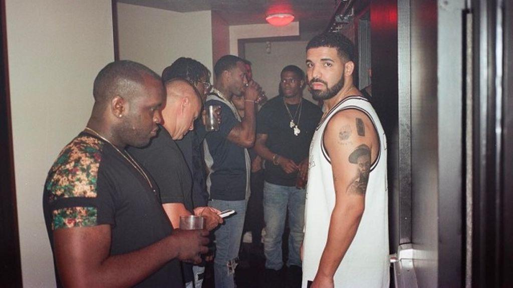 El cantante Drake lleva al rapero Lil Wayne tatuado en su brazo.