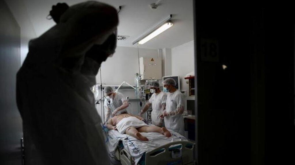Un médico en el hospital Robert Ballanger de Aulnay-sous-Bois , cerca de París