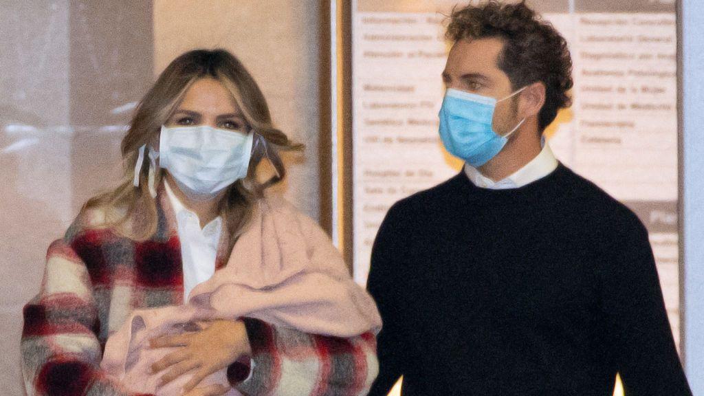 Ambos salían felices del hospital con su hija en brazos