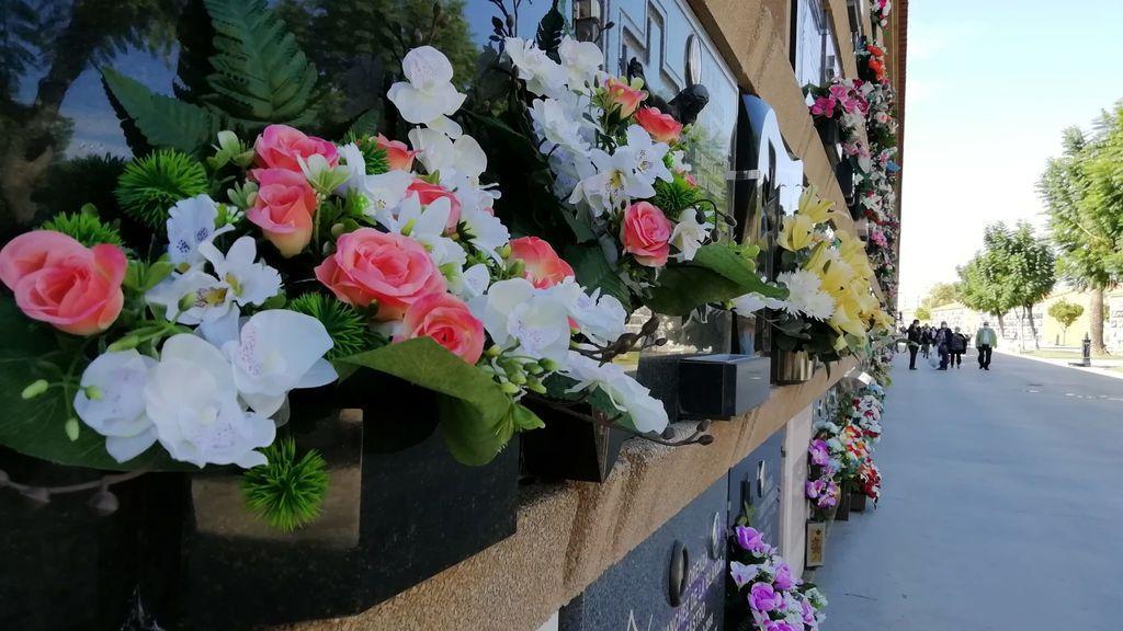 Este 1 de noviembre las flores son de plástico