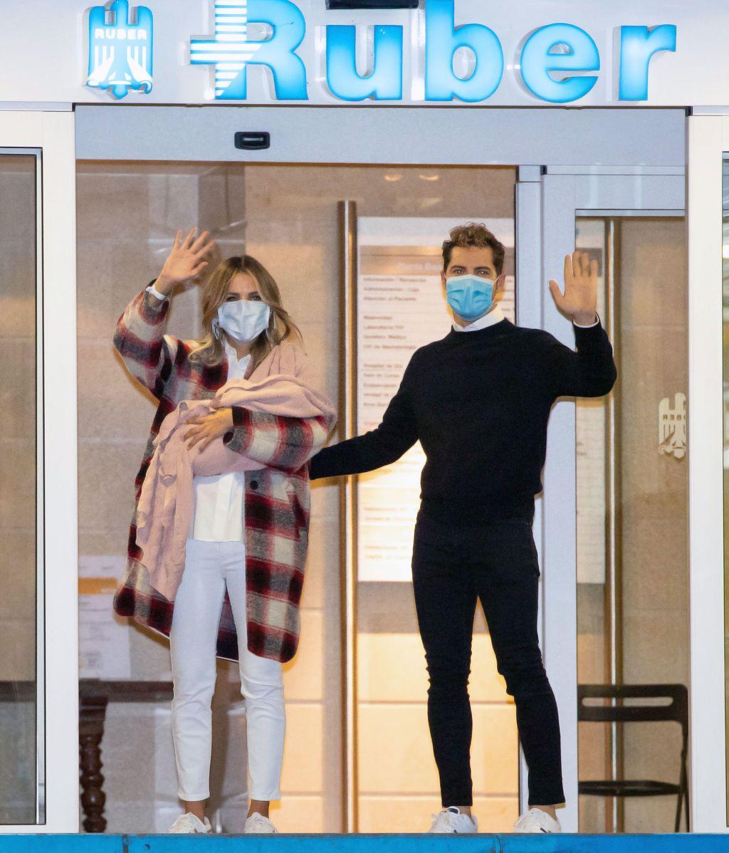 David Bisbal y Rosanna Zanetti salen del hospital con su hija Bianca
