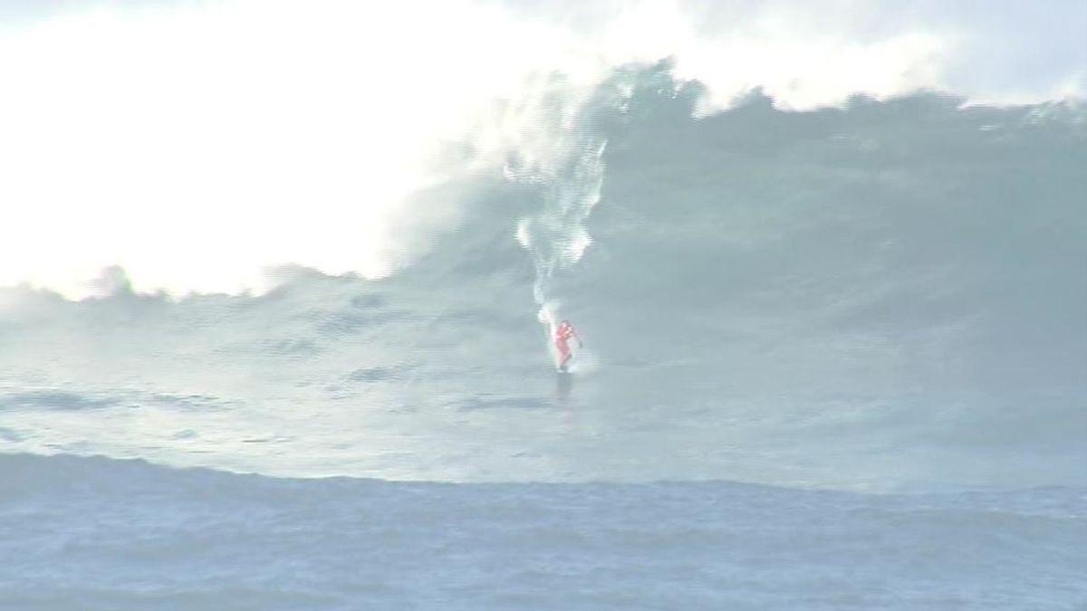 Varios surfistas aprovechan la alerta roja en el mar para surcar una ola gigante en A Coruña