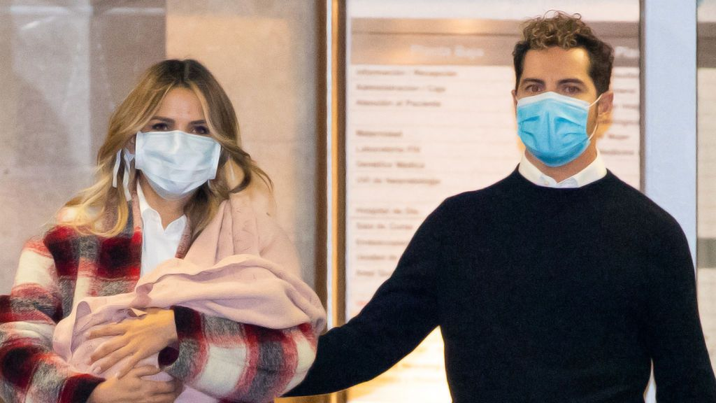 David Bisbal y Rosanna Zanetti abandonan el hospital con su hija Bianca
