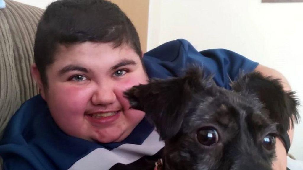 Tributo en Irlanda del Norte a Aaron, de 17 años, el muerto más joven por coronavirus del país