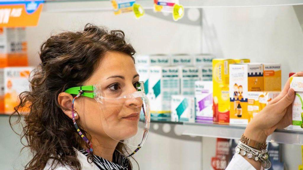 Una farmacéutica, con mascarilla transparente