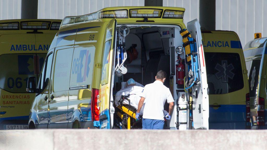 Un sanitario traslada a un paciente en ambulancia