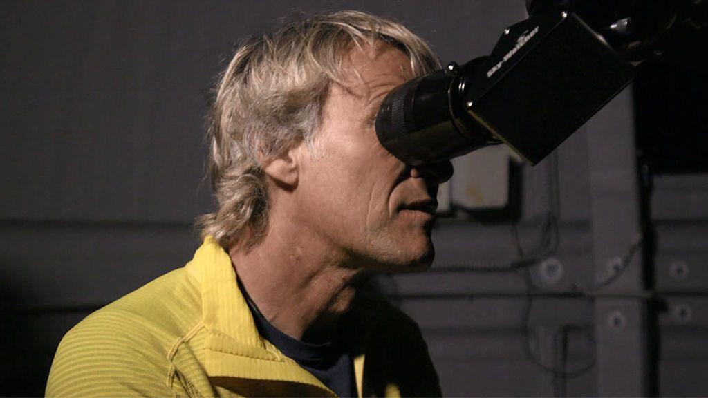 Jesús Calleja se emociona al ser el primer visitante del observatorio astronómico de Valdín en A Veiga