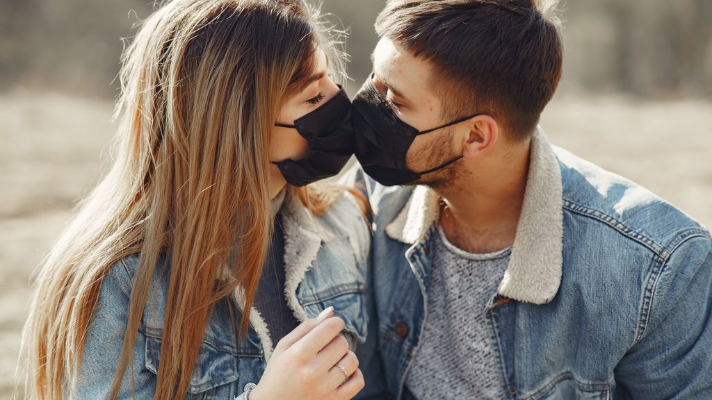 beso mascarillas coronavirus