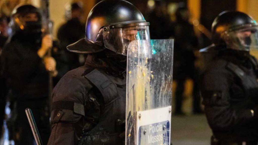 Duros enfrentamientos en Barcelona entre Mossos y negacionistas