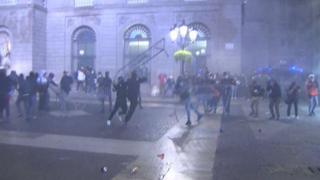 Cargas y disturbios en el centro de Barcelona por las restricciones de la Generalitat